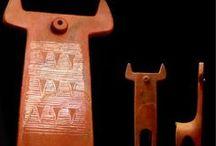 """Ceramica Preistorica / La ceramica è il più antico """"Processo di Trasformazione Della Materia"""" che il genere umano abbia padroneggiato. Seguire il sentiero della Ceramica Preistorica significa immergersi nella natura e sperimentare di persona ogni fase del processo di trasformazione della materia: dalla ricerca alla selezione delle varie terre, dall'impasto con acqua alla lavorazione completamente manuale, dalla raccolta della legna alla cottura che avviene nella brace incandescente di un fuoco all'aperto."""
