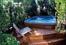 Sur la terrasse / Un endroit calme et ombragé, un lieu pour se poser et se reposer, lecture et bavardage, prendre un verre entre amis ou y manger.
