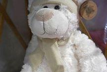 Idée cadeau naissance / Il n'est pas toujours simple de trouver LE cadeau idéal, dans ce tableau vous trouverez quelques inspirations pour un premier cadeau de naissance ou un cadeau d'anniversaire enfant. Les coffrets cadeaux de souvenirs comme la boîte à dent de lait ou les kits à empreintes sont de bonnes idées qui plairont forcément aux parents, pour toucher le petit coeur de bébé ou de l'enfant optez pour une jolie peluche !