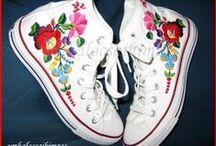 Kalocsai cipő / Minden cipőre más és más mintát rajzolok, melyeket kézzel kihímezek. Eddigi munkák.