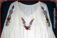 Kalocsai női blúzok / Saját kezűleg rajzolt és hímzett tradícionális kalocsai minták láthatóak a blúzokon.