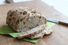 Brotzeit / Frisch gebackenes Brot, leckere Aufstriche und köstliche Kleinigkeiten für die Mahlzeit zwischendurch