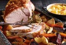 Weihnachtsessen / Von knackigen Wintersalaten über herzhafte Hauptspeisen bis hin zu verführerischen Desserts – an Weihnachten ist Schlemmen angesagt.