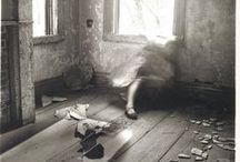 FRANCESCA WOODMAN / Desnudos fantasmagóricos, juegos surrealistas y una sexualidad tan ansiosa como etérea