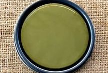 Chalk Paint® Olive / Deep green with a yellowish tinge.