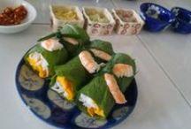De rijkdommen van de Vietnamese keuken / Wat zijn de rijkdommen van de Vietnamese keuken? Op dit bord pinnen wij foto's over gerechten waar je van gaat watertanden; leuke foto's over de kookworkshop die wij gaan volgen in Ho Chi Minh City; foto's waarbij je meer idee krijgt van het ontstaan en het belang van de Vietnamese keuken; en verder alles waarvan wij denken dat het iets toevoegt aan onze gevoelens en ideeën bij en over de Vietnamese keuken #NHTV #3MTT