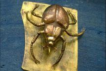 Koppiaisia ja muita inhokkeja / Käsin tehtyjä taide-esineitä tai koruja
