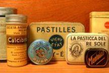 Farmacie storiche / Antiche farmacie, veri e propri tesori, preziose custodi della storica arte dello speziere. Ma non solo anche confezioni di latta d'epoca, vasi e qualche curiosità.