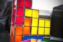 Tetris / Trouvez un cadeau original et retrogaming grâce à aux produits dérivés du célèbre jeu d'empilement de tetrominos : Tetris ! Des produits de décoration intérieur aux accessoires de bureau en passant par la vaisselle de la cuisine, l'esprit Tetris s'invite dans votre maison ! Et pour donner un peu de lumière dans votre maison, retrouvez le cadeau de l'année la Lampe Tetris !