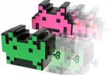 Space Invaders / Les aliens arrivent ! Retrouvez le jeu d'arcade Space Invaders - l'un des premiers Shoot them up - sous la forme de produits dérivés sous licence officielle Space Invaders. Venez donc envahir l'espace de votre intérieur avec les objets Space Invaders tels que des ustensiles de cuisine, des accessoires high-tech, comme par exemple le décapsuleur Space Invaders ou bien le réveil Space Invaders... Découvrez aussi les univers des autres jeux vidéo retro comme Tetris, ou encore Pac-Man.