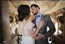 """Kolekcja Ślubna 2016/2017 Giacomo Conti / """"Powiedz Tak z Giacomo Conti"""" Giacomo Conti łamie stereotyp dotyczący konieczności wybrania czarnego garnituru przez Pana Młodego. Total look z wykorzystaniem poniższych garniturów  z całą pewnością zrobi ogromne wrażenie zarówno na przyszłej żonie jak i gościach weselnych. W kolekcji znalazły się garnitury w wielu ciekawych odcieniach. To na co powinniście zwrócić uwagę to przede wszystkim piękne bordowe garnitury, które stały się prawdziwym HITem w męskiej modzie ślubnej."""