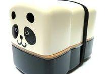 Bento box / De Japanse bentobox wint in Nederland aan populariteit.  Bentobox betekent eigenlijk lunchbox.  Een volledige Japanse maaltijd voldoet meestal aan alle smaken: zoet, zout, zuur, bitter en er wordt gebruik gemaakt van verschillende bereidingswijzen: gekookt, gestoomd, rauw, gefrituurd, gebakken. Deze diversiteit vind je ook in de Bentobox.   Voor meer informatie, kijk op: Bentobox (lunchbox)  Idee: de bento box is ook leuk om een zelfgemaakte lunch voor kinderen in mee te geven.