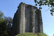 Donjons Romans / Le donjon fut durant le moyen âge, le symbole de puissance d'un château fort. Il se doit d'être inviolable, il permet le refuge des habitants du château et parfois, participe efficacement à la défense.   Les donjons romans sont pour moi, la plus belle représentation de l'architecture militaire simple et efficace.