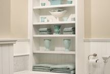 Bathroom organization / So many items can be misplaced within the bathroom. And with such a small space, it's important to be organized so that you can easily and quickly find what you need. These bathroom organization tips are intended to keep what you need when you need it easily accessible.