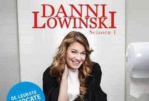 DANNI LOWINSKI / Danni Lowinski is een komische dramaserie over Danni, een kapster van begin 30 die pas een opleiding tot advocaat succesvol heeft afgerond. Als advocate komt ze niet aan de bak bij de grote advocatenkantoren en ze besluit een eigen 'praktijk' te beginnen in een winkelcentrum waar ze de gewone man juridische bijstand verleent voor maar 1 euro per minuut.