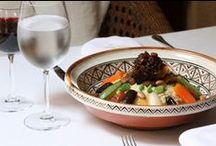 La table de l'Heure Bleue / Ahmed Handour, le jeune chef des Cuisines de l'Heure Bleue Palais propose chaque soir une carte à la fois authentique et gastronomique en servant une cuisine moderne et inventive alliant à la perfection les classiques de la cuisine marocaine à sa créativité.