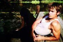 The Paperboy / Píše se rok 1969. Ostřílený reportér Ward Jansen (Matthew McConaughey) se s kolegou vrací do svého rodného města na Floridě.Chce na místě činu získat více informací o událostech,po kterých se samotářský lovec aligátorů, Hillary van Wetter (John Cusack), ocitl v cele smrti. Van Wetter čeká na popravu kvůli vraždě šerifa, z níž byl usvědčen navzdory chybějícím důkazům.V pátrání pomáhá Wardovi i jeho mladší bratr, Jack (Zac Efron), a půvabná Charlotte (Nicole Kidman), jež věří v lovcovu nevinu.