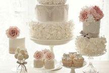 Stoły z tortami, deserami, ciasteczkami