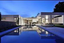 VILLA WA au nord de Lyon par Laurent GUILLAUD-LOZANNE Architecte / Villa en U sur 2 niveaux implantée sur un terrain en pente