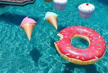 Pool me closer / Swimming pools & floats