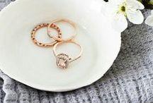 Delikate diamanter / Her finner du diamanter i form av ringer, halskjeder, øredobber med mer. Alle Juvelens diamantsmykker over 0.2 ct blir satt sammen for hånd på gullsmedverksted Homstvedt i Bergen