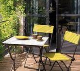 Manger au balcon / Que ce soit seul, en tête à tête, avec toute la famille ou entre amis, pour déjeuner ou pour y passer toute la soirée, rien de mieux qu'un bon repas en plein air!