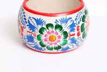 Wooden bracelet / hand painted by artisans from Ayacucho.