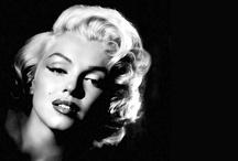 """Ikony kina - Marylin Monroe / Prawdziwe nazwisko Monroe brzmi Norma Jeane Mortenson (Mortenesen), w młodości znana także jako Norma Jean Baker. Swój pierwszy kontrakt z wytwórnią 20th Century Fox Monroe podpisała w roku 1945. Część kontraktu dotyczyła zmiany imienia i nazwiska. Jako aktorka Monroe zadebiutowała w 1947 roku w filmie """"Scudda Hoo! Scudda Hay!"""", w tym samym roku zagrała maleńką rólkę w """"Dangerous Years"""" i przez kilka następnych lat grywała drugoplanowe role."""