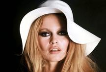 """Ikony kina - Brigitte Bardot / Europejski symbol seksu lat 50. i 60., wielka legenda,  Od kiedy Roger Vadim pokazał światu Brigitte Bardot w swoim kontrowersyjnym filmie """"I Bóg stworzył kobietę"""" stała się ona idolką pokolenia zbuntowanych chłopców i dziewcząt, europejską odpowiedzią na amerykańską sławę Marilyn Monroe. Jej europejski sukces zaprocentował filmem w Ameryce, gdzie zagrała u boku Kirka Douglasa pt. """"Ich wielka miłość"""". Jej popularność za oceanem rosła w siłę."""