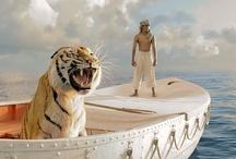 """Filmy: Życie Pi / Life of Pi (2012) / Długo oczekiwanaekranizacja słynnej powieści Yanna Martela, którą w cyfrowym 3D zrealizował AngLee, wyróżniony Oscarem za reżyserię """"Tajemnicy Brokeback Mountain"""".  """"Niesamowita historia 16-letniego chłopca, który po katastrofie statku spędził na Pacyfiku w szalupie ratunkowej 227 dni w towarzystwie trzyletniego tygrysa bengalskiego. To niezwykła, przejmującaopowieść o rozpaczy, strachu, wierze i szczęściu"""" (wg: merlin.pl)."""