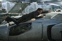 """Total Recall - Pamięć Absolutna  / rzygotuj się na nieustanną akcję i podnoszące poziom adrenaliny napięcie w tym """"inteligentnym, pociągającym i dynamicznym"""" (Scott Mantz, Access Hollywood) thrillerze. Colin Farrell występuje jako Douglas Quaid, zwykły robotnik, który odwiedza Recall, innowacyjną firmę, która zmienia jego marzenia o byciu super-szpiegiem w prawdziwe wspomnienia. Gdy jednak dochodzi do błędu podczas zabiegu, granica pomiędzy fantazją a rzeczywistością zaciera się - Quaid jest ścigany a losy jego świata są zagrożon"""
