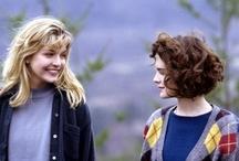 Miasteczko Twin Peaks / MARK FROST i trzykrotnie nominowany do Nagrody Akademii DAVID LYNCH (Dzikość Serca, Blue Velvet i Człowiek Słoń) przedstawiają Miasteczko Twin Peaks, mroczny  thriller w odcinkach, który stał się jednym z najbardziej uznanych seriali w historii telewizji...     Po brutalnym morderstwie królowej balu, Laury Palmer, agent Cooper (Kyle MacLachlan) odkrywa, że małe miasteczko, w którym doszło do zabójstwa pełne jest śmiertelnych sekretów i zabójczo smacznych wiśniowych ciast.