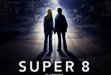 Super 8 / Steven Spielberg i J.J. Abrams łącza siły i tworzą nadzwyczajną opowieść o młodości, tajemnicy i przygodzie. Super 8 to historia szóstki przyjaciół, którzy przypadkowo filmują wypadek kolejowy i odkrywają, że podczas katastrofy coś niewyobrażalnego uciekło z wagonu. Teraz największą tajemnicą jest odpowiedź na pytanie nie czym to coś jest... lecz czego chce.   Film do kupienia: http://filmfreak.pl/super-8-dvd.html