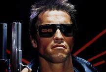 """Terminator / W tej efektownej, fantastycznej opowieści filmowej"""" (Variety), Arnold Schwarzenegger został idealnie obsadzony (Los Angeles Times) w roli potężnej i bezlitosnej maszyny do zabijania, zagrażającej przetrwaniu całego rodzaju ludzkiego! Dzięki profesjonalizmowi zdobywcy Oskara, reżyserowi filmu Titanic, film obfituje w intrygujące zwroty akcji, wywołuje lawinę emocji i wprowadza w stan niepewności i napięcia, od którego nawet na chwilę nie można się uwolnić (Leonard Maltin)!"""