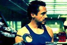 Iron Man / Przygotuj się na nieprzerwaną akcję z Robertem Downey Jr. w Iron Manie, fenomenalnej filmowej przygodzie, na którą czekałeś od dawna! Kiedy obracający się w najwyższych kręgach geniusz-industrialista Tony Stark zostaje pojmany na terytorium wroga, w ucieczce pomaga mu skonstruowana przy pomocy najnowszej technologii zbroja. Teraz, jako bohater nie zrodzony, lecz zbudowany, Tony udaje się w misję ocalenia świata!