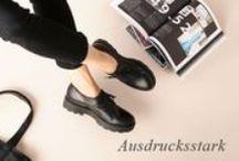 ►Görtz◀  Ausdrucksstark / Sport trifft Eleganz. Die neuen Sandalen setzten in dieser Saison auf starke Statements.  Chunky Sohlen und weiße Böden verleihen ihnen einen sportlichen Touch.  Feminine Eyecatcher sind die funkelnden Schmucksteine!