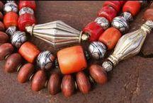 Sieraden / Alle sieraden op dit bord zijn gemaakt en ontworpen door Surinamers.