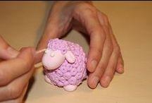 Silk klei / Silk Clay is een zelfhardend, lichtgewicht modelleer materiaal om mee te spelen of voor kunst en creativiteit. De zachte en zijdeachtige samenstelling spreekt kinderen aan. Het droogt op met een foamachtig oppervlak. Je kan het gebruiken om vele verschillende oppervlakken te bekleden, zoals: hout, terracotta, papier-maché, styropor of canvas.  Het is verkrijgbaar in diverse kleuren en is mengbaar om allerlei kleuren te creëren.