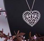 """Tradícia v srdci ukrytá / Táto kolekcia šperkov je inšpirovaná ľudovou tradíciou a symbolikou ľudových ornamentov. Za pomoci ihly a nite dokázali naše staré mamy preniesť na látku - krásu a život všedných i slávnostných dní. Rozmanitosť výšiviek a farebné bohatstvo každého kraja dokázalo potešiť nejedno dievčenské srdce. Z úcty k nim, by som práve preto moje """"šperkové"""" srdce chcela venovať všetkým mamám, starým mamám, dievčatám i ženám, pretože nehy a lásky nie je nikdy dosť a každá z nás si zaslúži byť milovaná."""