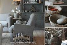 living room / zitbanken, fauteuils, schilderijen, tafels, verlichting