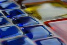Fusing szkło stapiane Riwal. Fused glass. / Technika ta pozwala na tworzenie wzorów na szkle bezbarwnym oraz łączenie szkieł kolorowych, dzięki czemu otrzymujemy wyjątkowo efektowny i barwny materiał na ścianki całoszklane, kabiny prysznicowe, płytki oraz inne ozdoby do wyposażenia wnętrz. Ceramika hand-made. Fused glass. Fusing.