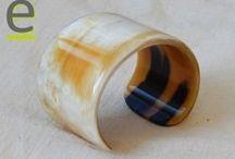 Bracciali in corno - modello SILK. Horn Made Blacelets / Bracciali in corno di bufalo prodotti a mano. I bracciali del modello SILK presentano una superficie liscia e lucida, e sono bracciali puliti ed essenziali, senza lavorazioni ad intaglio. Sono disponibili in varie tonalità di colore, sia chiari che scuri.  http://easy-online.it/it/categoria-prodotto/bracciali/