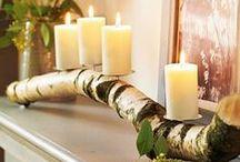 ADVENTSKRÄNZE / Holzscheiben und andere Holzformen schön mit Kerzen und Weihnachtsschmuck dekoriert.