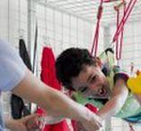 ADELI Medical Center - Terapie: MFE – Multifunctional Exercise Unit / L'unità multifunzione, composta da una panca, un sistema di pulegge e corde, è un attrezzo estremamente versatile che può essere usato in vari modi a beneficio dei pazienti affetti da disturbi neurologici. La MFE sfrutta l'azione dei pesi resistivi per potenziare i muscoli e rimandare al cervello il movimento corretto di ciascun arto.