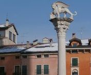 Vicenza / Luna gigante a Monte Berico, mercato in piazza e pavoni sui tetti