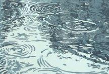 Wasser / Wasser - eines der 4. Elemente. Wegen seiner Formlosigkeit wird das Wasser dem Chaos & der Urmaterie gleichgestellt. Es hat eine besondere Beziehung zum Mond, beide sind Sinnbilder für Leben, Tod & Wiedergeburt. Als Quelle oder Brunnen wird es zum Lebenswasser, als Regen befruchtet es die Erde.
