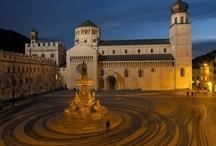 Città di Trento / La città di Trento è situata nella valle del fiume Adige, a circa 150 km dalla sorgente del fiume, 55 km a sud di Bolzano e 100 km a nord di Verona, 200 km a nord di Rovigo ed a 250 km dalla sua foce. A occidente è dominata dal Monte Bondone (Cima Palon 2.098 m s.l.m.), a nord-ovest dalla Paganella (2.125 m s.l.m.) e dal Soprasasso (1012 m s.l.m.), a nord-est dal Monte Calisio (1.096 m s.l.m.), a est dalla Marzola (1.738 m s.l.m.) e a sud-est dalla Vigolana (Becco di Filadonna, 2.150 m s.l.m.).