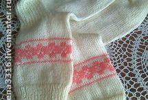 Вяжу красивые носочки и варежки спицами