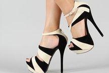 SCARPE / La scarpa è il profilo di una persona.. è il dettaglio più profondo del carattere,è il significato del cammino di una donna,che la rende elegante o meno. la scarpa è il confine ultimo della moda che delinea gusto ed emozione