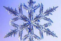 雪の結晶 デザイン / 子供の頃   大山の麓で育った為だろうか 雪の想い出が多い。  夕焼に輝く雪の結晶を見付けて 誰かに見せたいけど  持って移動すれば溶けてしまう。     儚いその美しさへの感動を誰にも告げられずいつまで裏庭に佇む幼き想い出です。